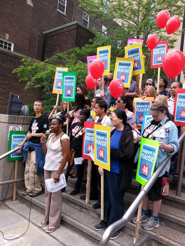 安省提 高最低工資聯盟代表、多倫多及約克區勞工議會副主席Andria Babbington致詞。