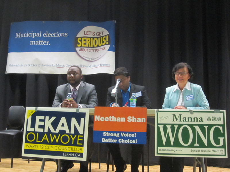 少数族裔市议员参选人LeKan Olawoye(左),Neethan Shan(中)及教育委员参选人Manna Wong(黄婉贞)发表講話并解答问题