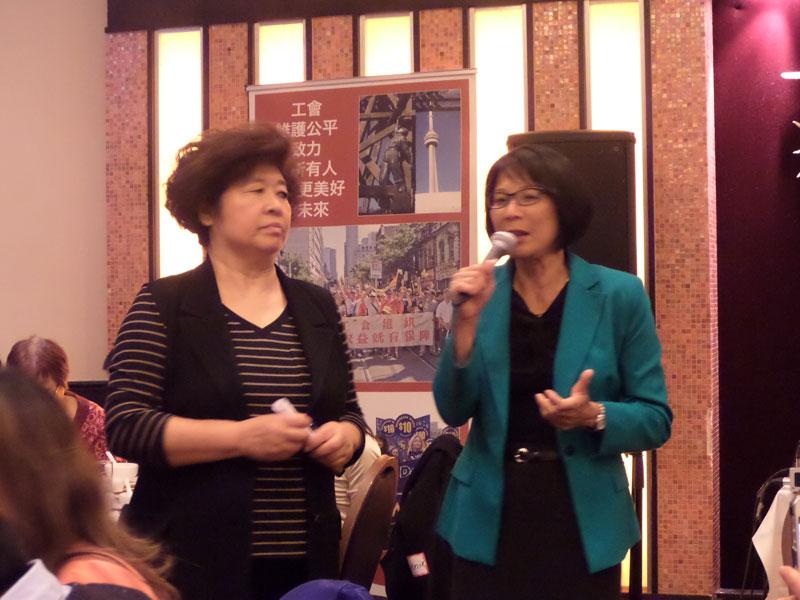 在粉絲、安省華人老年協會的Helen相伴下,鄒至蕙(右)推介她的政綱。