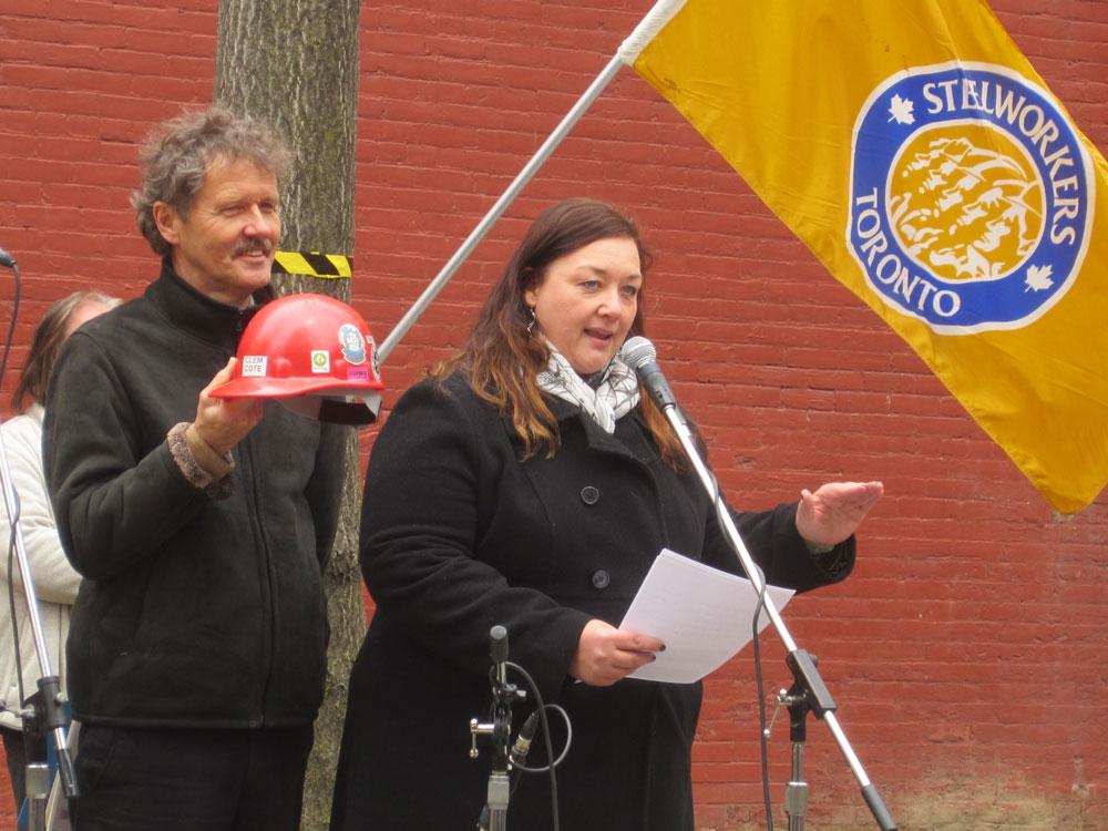 Michelle (右)參與領導全面禁止石棉運動。她父  親因工作接觸石棉患上間皮瘤