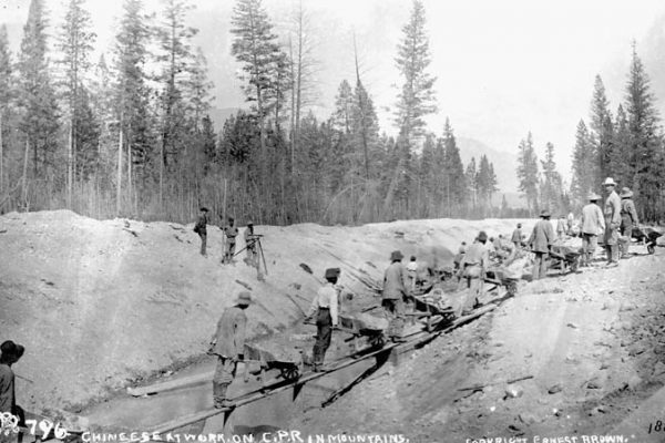 chinese_at_work_on_c-p-r-_canadian_pacific_railway_in_mountains_1884