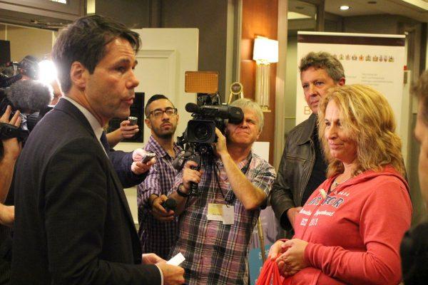 Unifor代表(右) 要求安省衛生廳生長Dr. Eric Hoskins加強加拿大醫療保健系統。