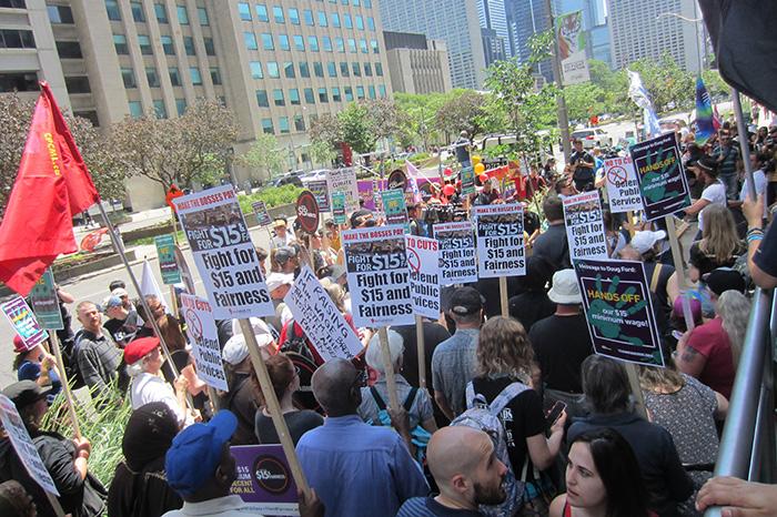 民眾在多市勞工廳外集會支持15元最低工資。