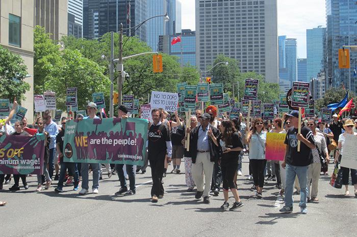 民眾遊行到省議會向新政府展示支持有體面的工作。