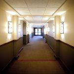 COVID-19 裁員讓酒店員工在寒冷中等待