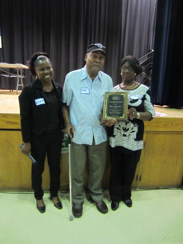 由Bevoria Martin(右) 頒發Special Recognition Award 予CUPE79的Peter Marcelline(中),左為勞工議會副主席Andria Babbington
