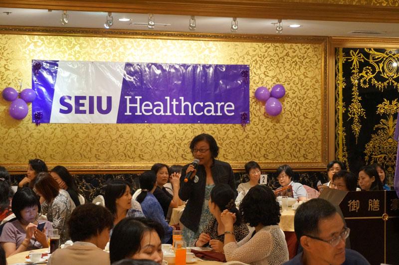 走兩場的教委候選人黃婉貞近距離與選民接觸。
