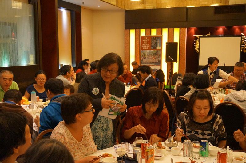 教委候選人黃婉貞向與會者介紹她的參選理念。