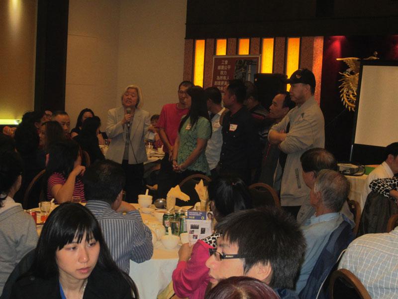 工運領袖吳溫溫呼大家為罷工逾年的Wing's Food Products員工加油。