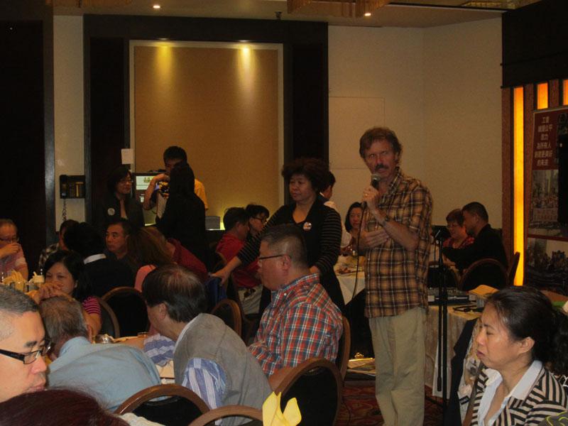 勞工議會主席John Cartwright促請大家參與助選。