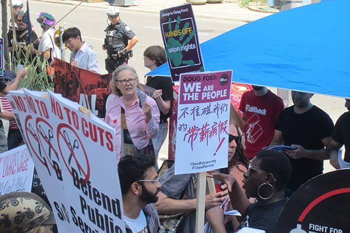 參加集會者高舉「不准碰我們有薪病假」的標語。